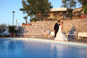sposi-bacio-piscina