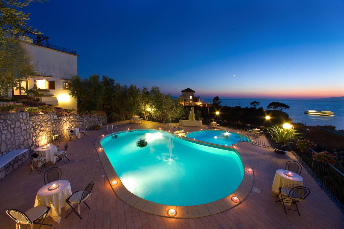 piscina-notturna-nave